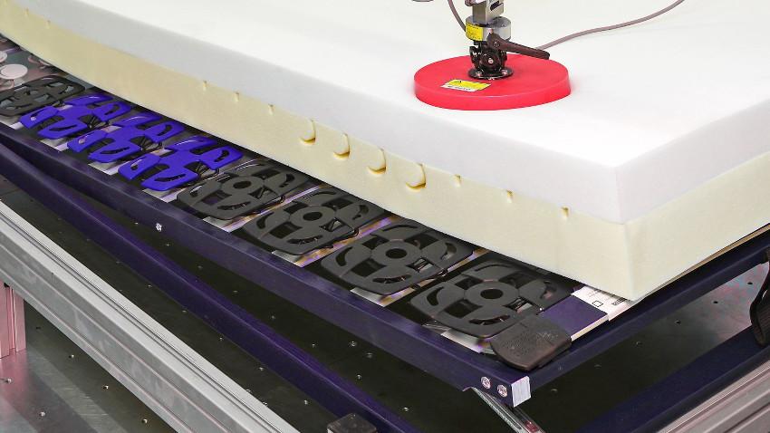 Auf dem Bild sieht man einen elektrischen Lattenrost. Auf ihm liegt eine weiße Matratze
